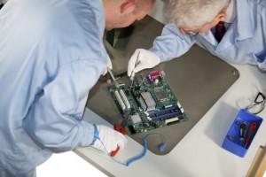 Elektrotechniker bei der Arbeit