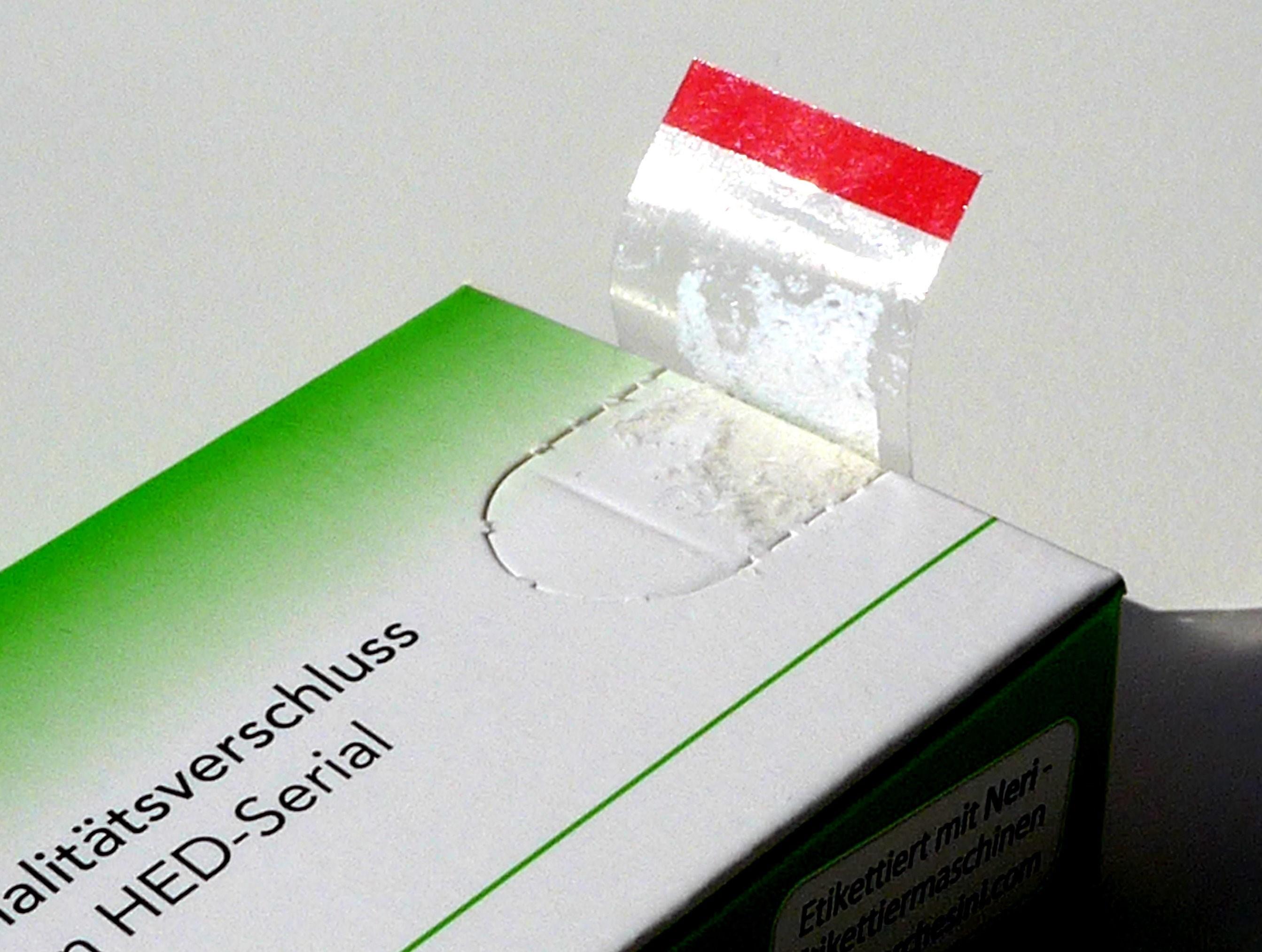 Bei JetSerial® fungiert das Etikett als Träger der Serialisierungsnummer und als Erstöffnungsschutz (Quelle: HED Serial GmbH)